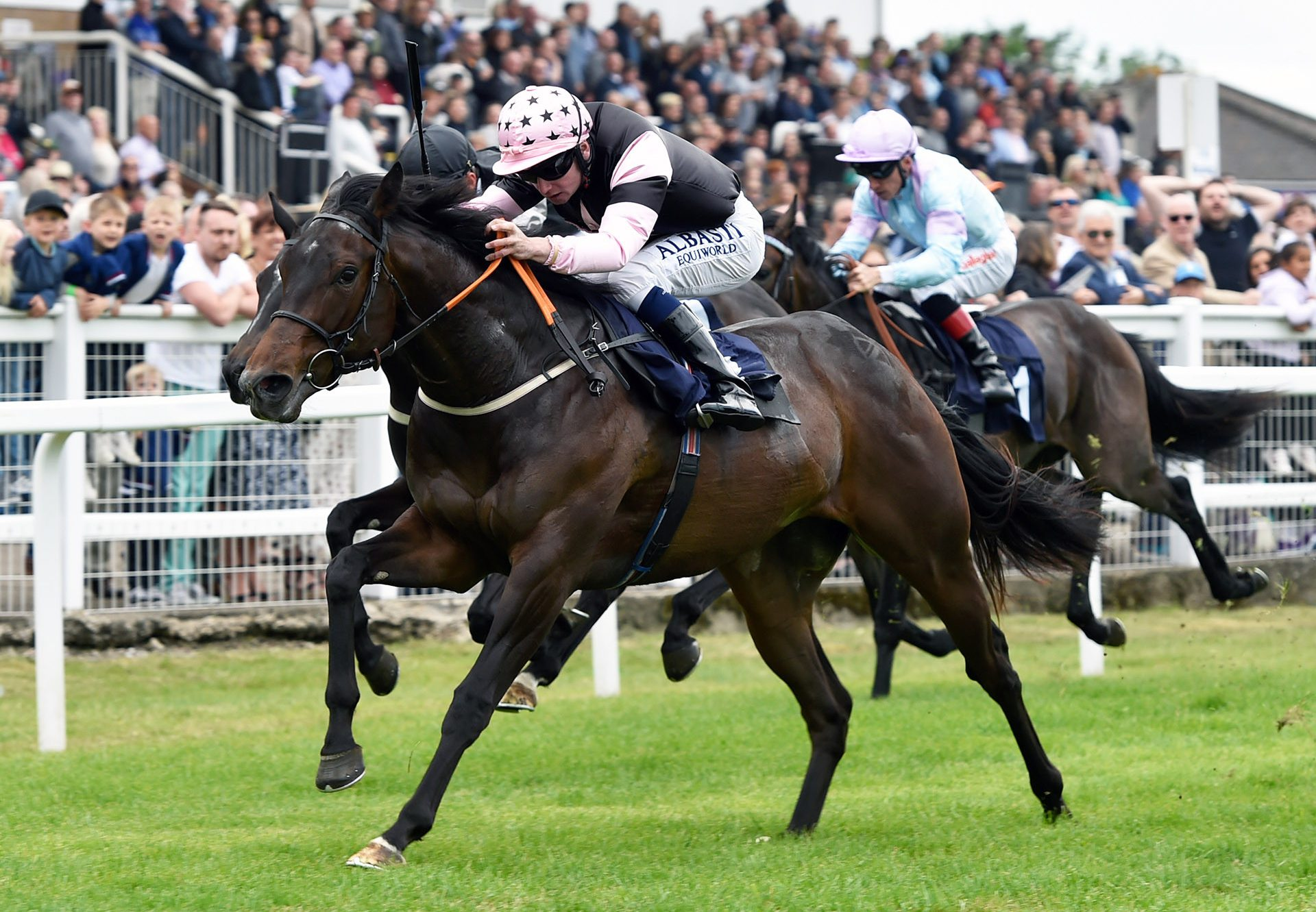 Ivatheengine (Ivawood) winning a maiden at Windsor
